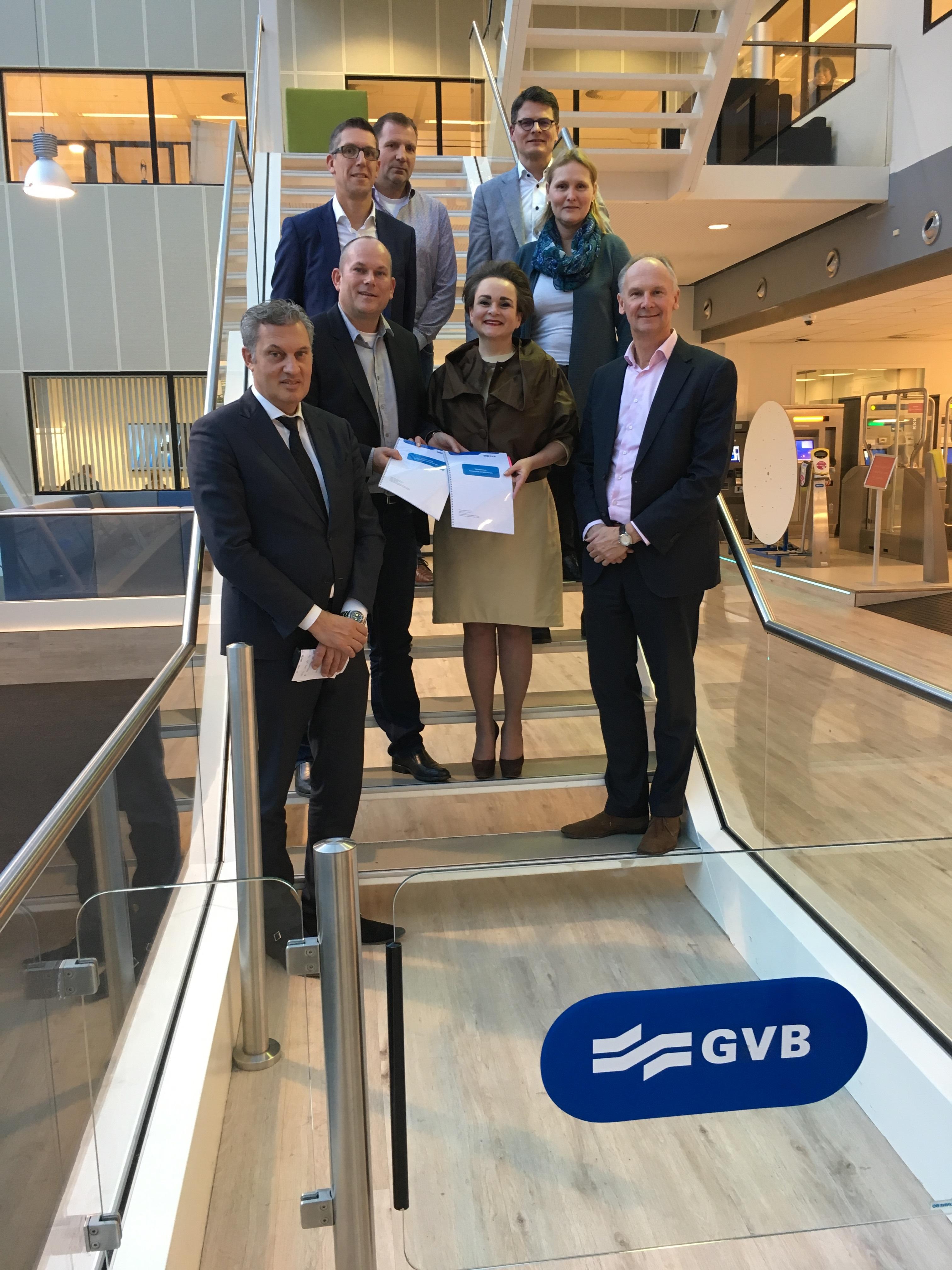 Delegatie GVB en ICS-Wijngaard na ondertekening van het schoonmaakcontract